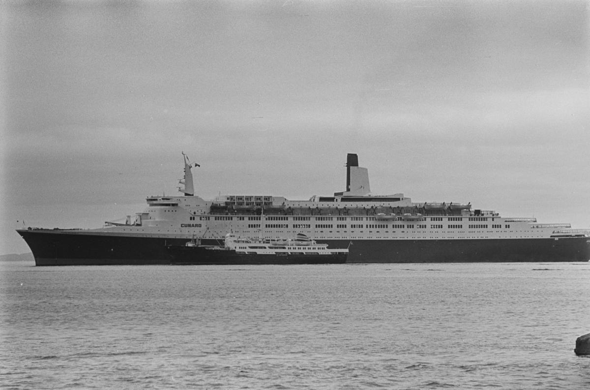 Queen Elizabeth II og hurtigruteskipet Finnmarken.