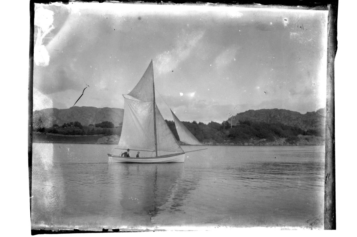 Seilbåt med mann og gutt utenfor Farøy. Antagelig fotografert 1902.