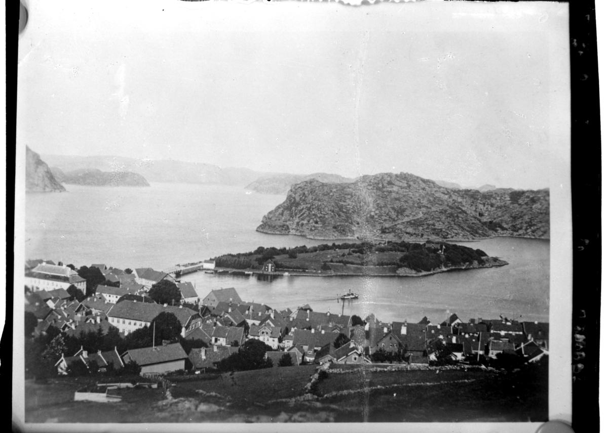 Utsikt fra Varbakk mot bybebyggelsen i Farsund og Farø. Fotografert 1900.