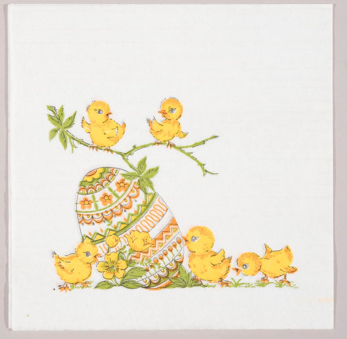 Et stort dekorert påskeegg, kyllinger på en gren og på bakken med gule blomster.