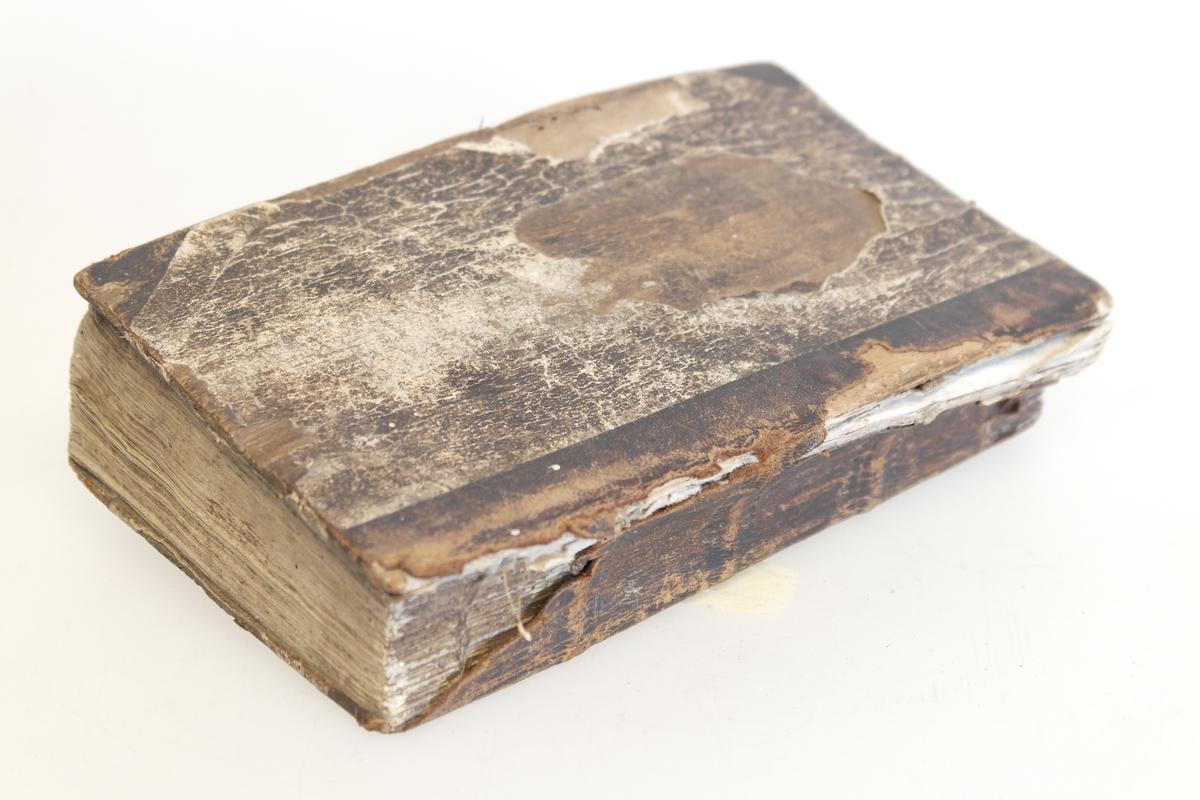 Sangbok i papir, tre og lær. Boka har permer av tre og brunt papirhalvbind, samt rygg og hjørner av lær. Det er skrevet flere steder i boka, både på innsiden av permene og inni. Det meste er uleselig.