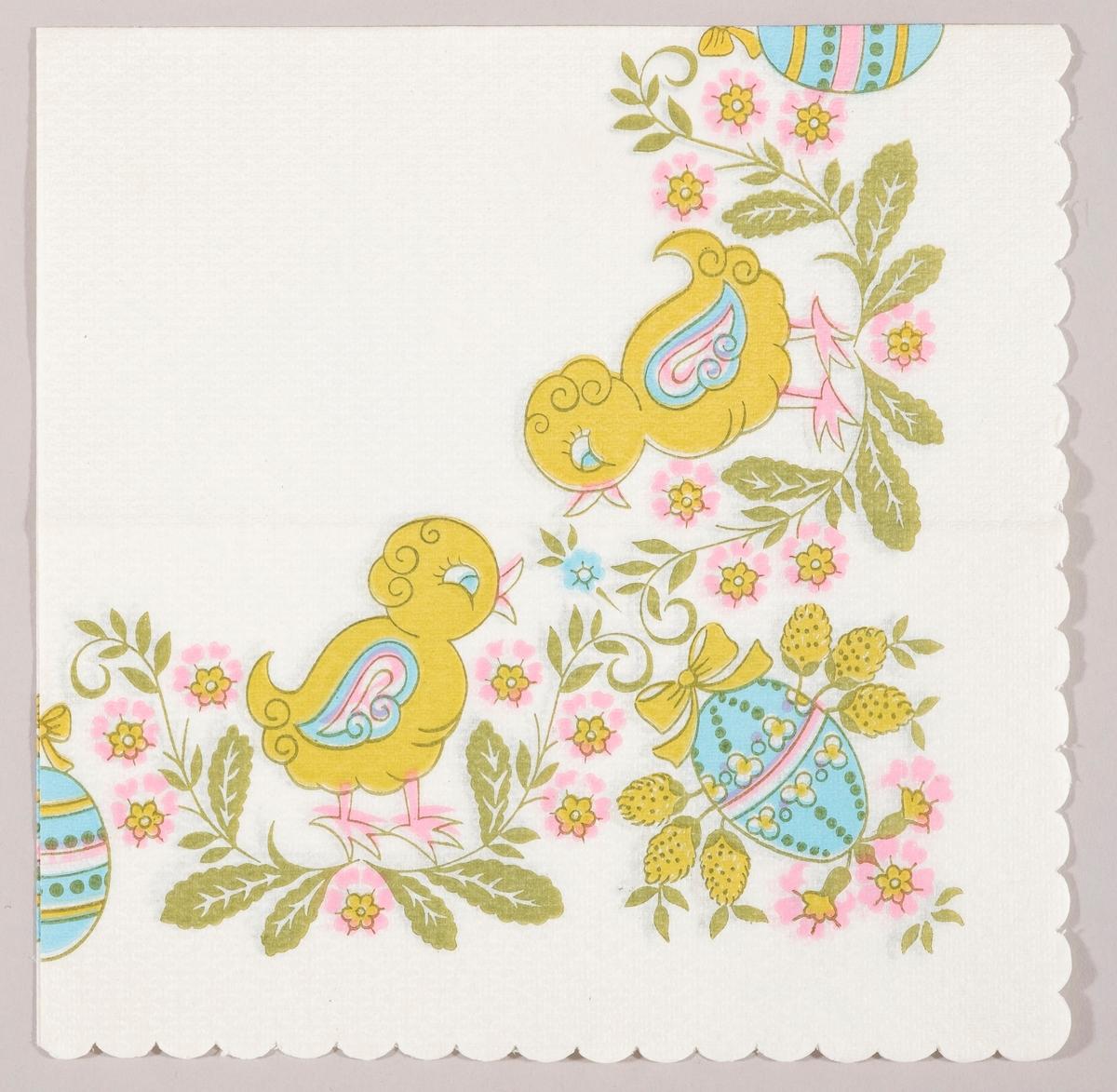 To lysgrønne kyllinger med lyseblå vinger står blant grønne blader, rosa blomster og lyseblå dekorerte påskeegg.