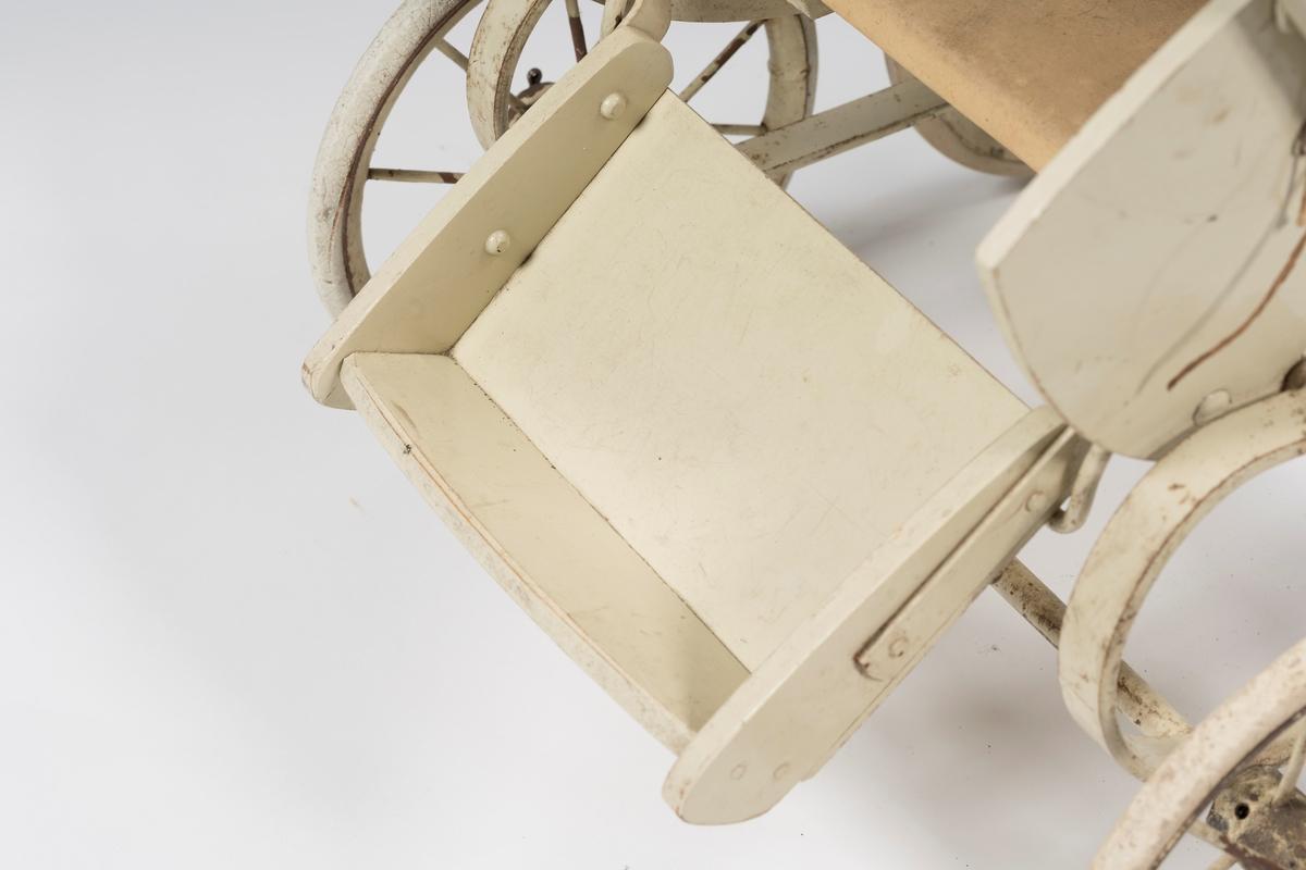 Fatingen har justerbar rygg og fotbrett. Fatingen er montert på liggende C-fjærer. 4 hjul med eiker med kompakt gummi på felgen. Hjulene er festet til akslingene med splittfjærer.
