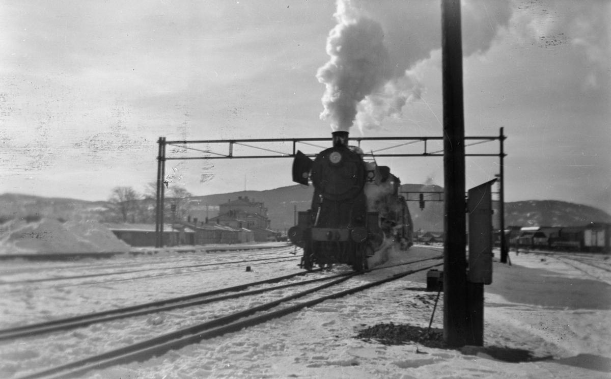 Damplok type 30b med tog på Trondheim stasjon.