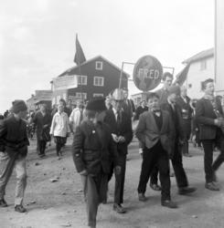 Vadsø 1.mai 1960. En del av demonstrasjonstoget 1.mai.
