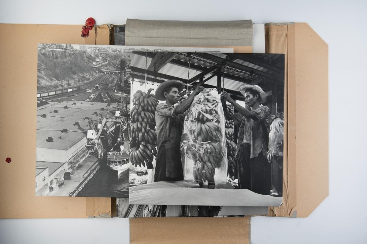 Mappe med 12 fotografier som viser banantransport.
