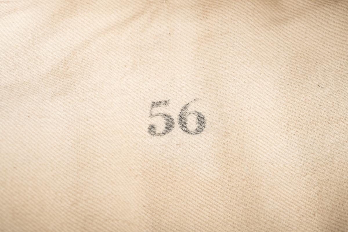 Fangelue som del av fangedrakt fra jugendfange 8684, Haakon Rygh som satt på Grini under 2. verdenskrig. Lua er en gardistlue i størrelse 56 (stempel på innsiden) med mørkeblått ullstøff ytterst og fôret i naturhvit lin (kypert).
