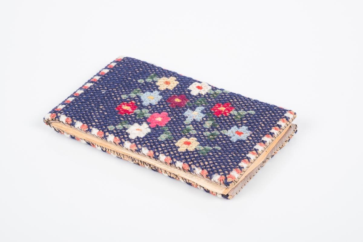 """Sangbok/ minnebok med korsstingbrodert for- og bakside. På forsiden blomster i flere farger, på baksiden teksten: """"9326 GRINI 1943-45"""""""