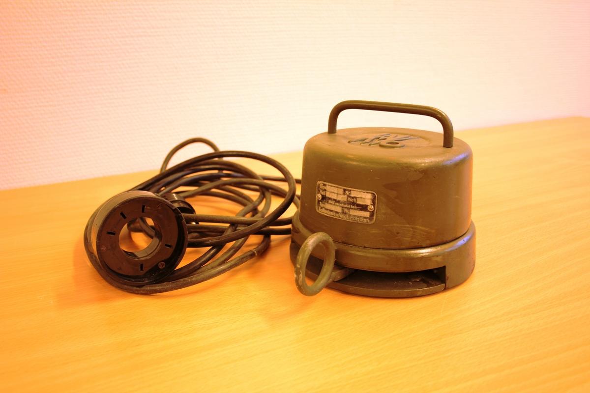 Pedalbor for tannlege. Tungt understell i jern med fotforma pedal. Festa til eit hjul som dreier ved rørsle av pedalen. Hjulet driv vidare mekanikken oppover fram til boret. Tilhøyrande transformator til bruk ved tilgong til elektrisitet.