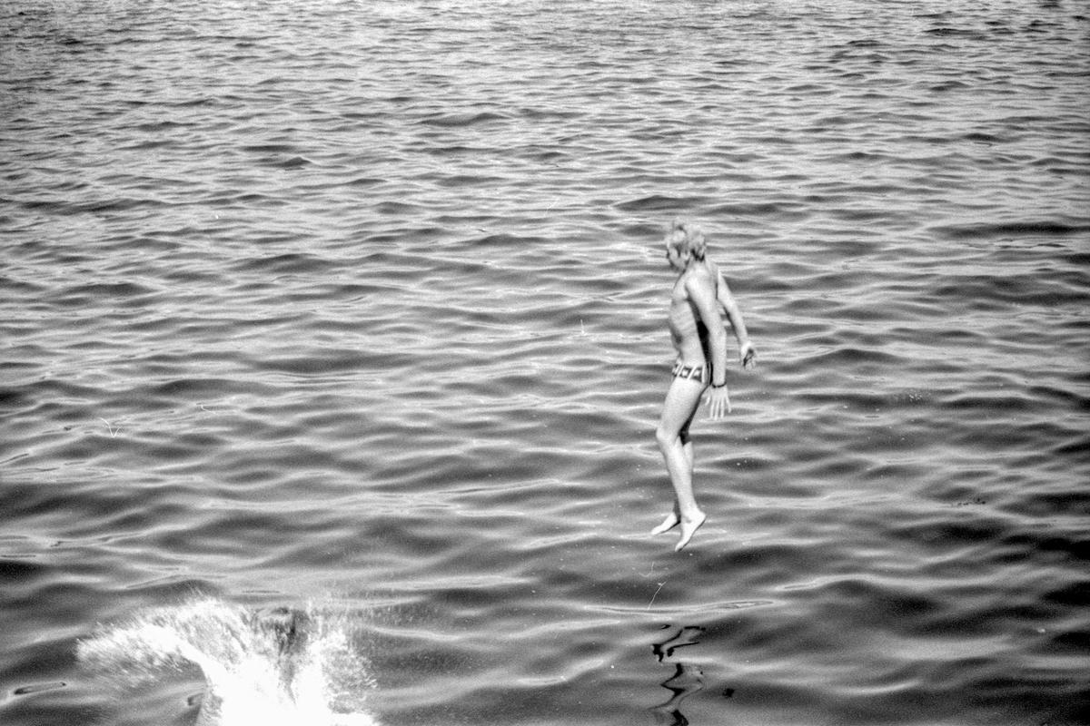 Person som stuper, bader, svømming  Negativet synes ikke å være forbundet med øvrige bilder på samme stripe. Sannsynligvis privat e.l.