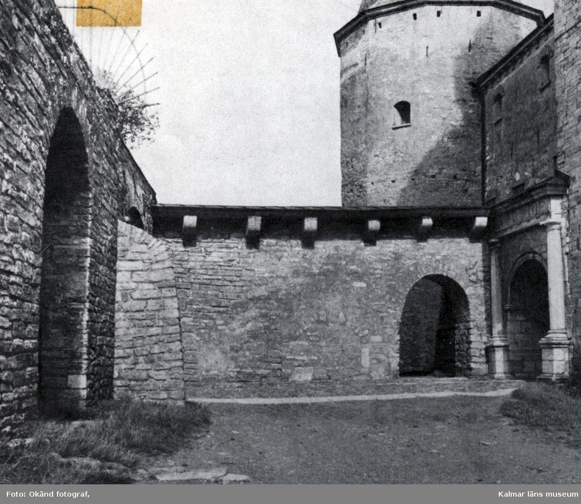 Tryck som visar del av yttre borggården på Kalmar slott med ingången till inre borggården till höger.