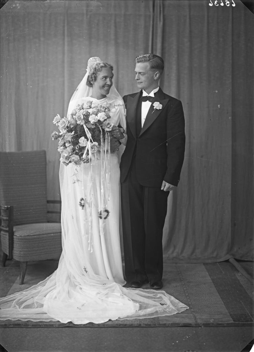 Brudebilde. Ung kvinne og ung mann. Brudepar. Bestilt av Per Skogland