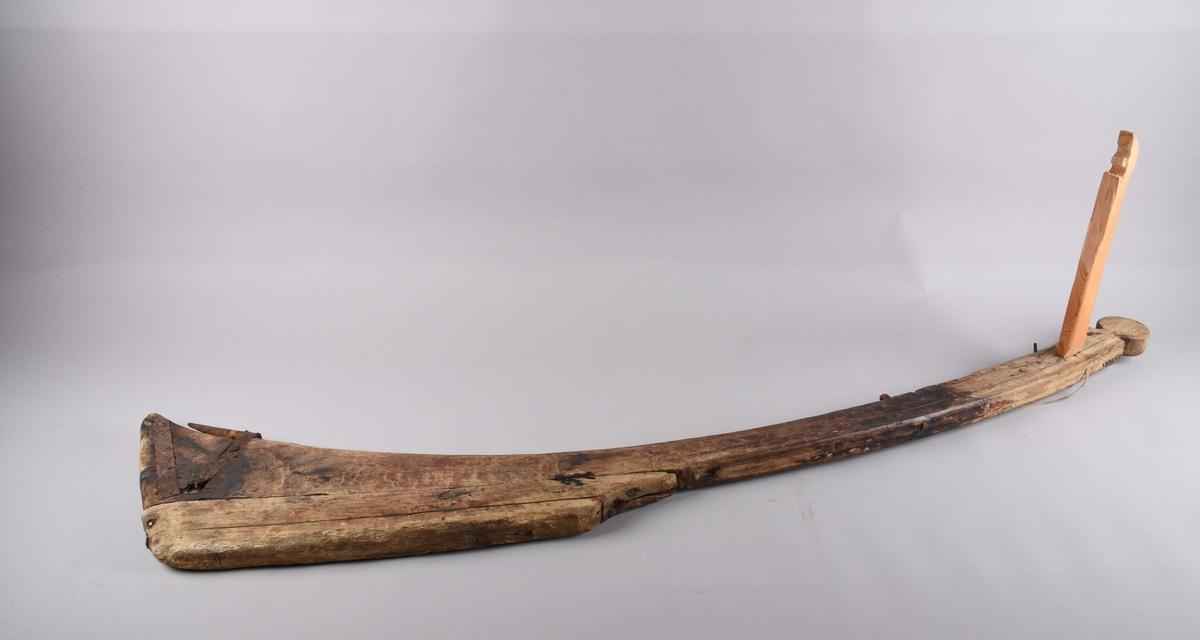 Ror, sveiv og rorstang er montert saman. Roret er rundskoren på toppen. Profilering langs kanten frå toppen ned til sopen på roret.. Gjennomgåande metallauge på roret oppe, beslag oppom kanten nede. Jernbeslag med spiss til å låse roret til båten nede på roret. Sjølve roret er laga av ein stokk  og påsett ein sop på utsida (som gjer roret beiare). Sopen er avrunda nede og avsmalande oppe. Sopen har ei profilstripe langsetter. Sopen er festa med trepluggar. HOM 8409æ - Sveiva er ny - ei stong med gjennomgåande hol i den eine enden, der rorstanga er festa med tau. I andre enden er sveiva festa i eit gjennomgående hol i roret og låst med ein spikar på utsida. Rorstanga er ein rund stokk med gjennomgåande hol med tau festa til sveiva.