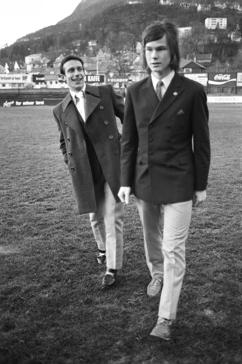 """Fotballspillerne Roald """"kniksen"""" Jensen (Brann) til venstre og Tor Henriksen (Strømsgodset) på Brann stadion i mai 1971."""