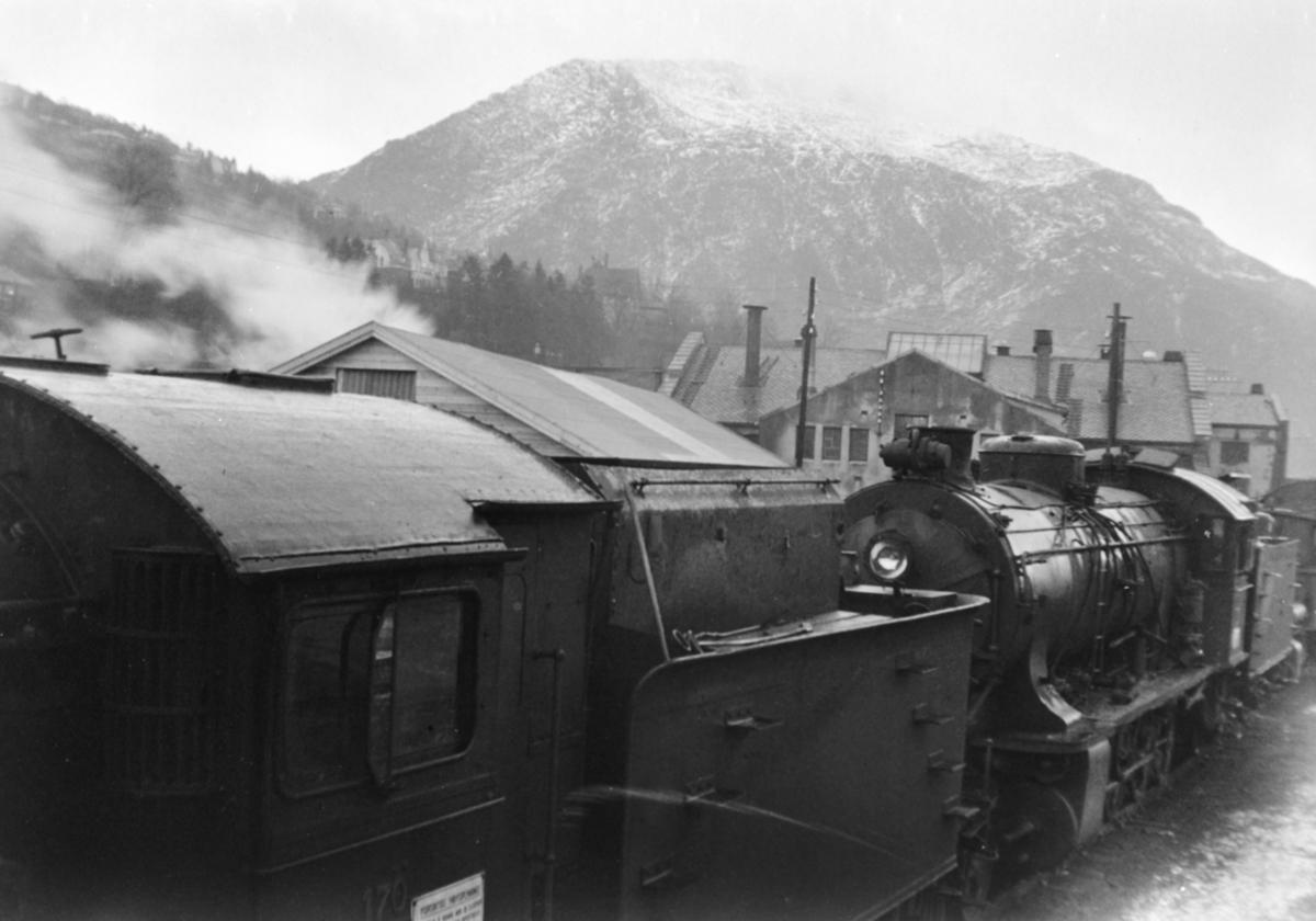 Hensatt damplokomotiver type 39a på Bergen stasjon, nærmest nr. 170.