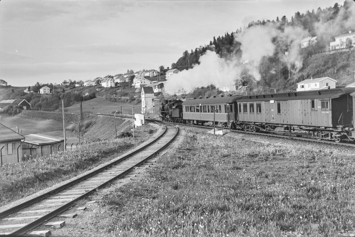 Dagtoget fra Trondheim til Oslo Ø over Røros, hurtigtog 302, ved Stavne. Toget trekkes av damplokomotiv type 26c nr. 411.