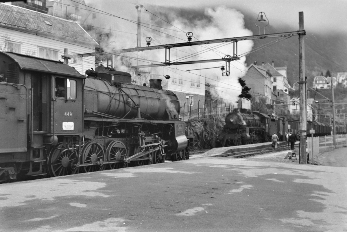Kryssing på Vaksdal stasjon mellom godstog retning Oslo, tog 5516, og godstog retning Bergen, tog 5515. Togene trekkes av damplokomotiv type 31b nr. 449 (tog 5515) og nr. 426.