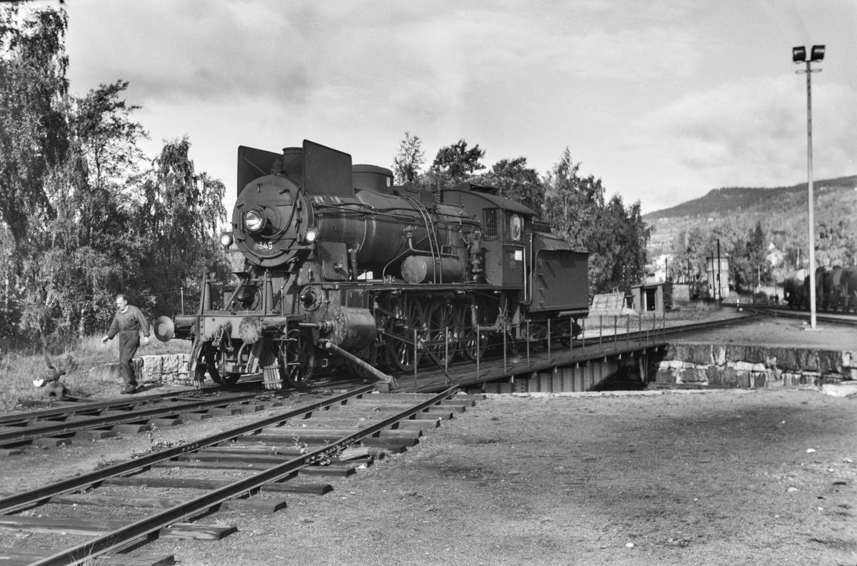 Damplokomotiv type 30b nr. 349 på svingskiven på Lillehammer stasjon.