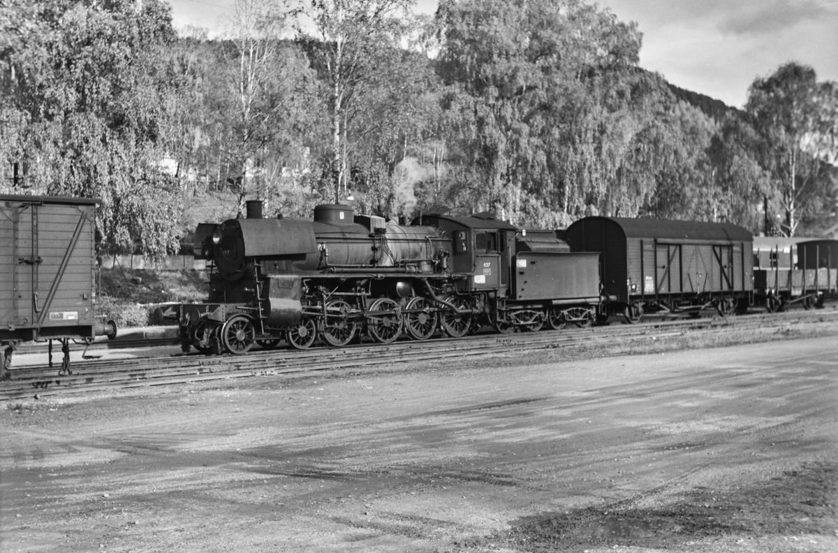 Godstog på Vinstra stasjon. Toget trekkes av damplokomotiv type 26c nr. 437.