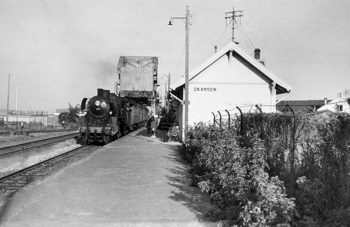 Forstadstog fra Trondheim til Støren, tog 1726, på Skansen holdeplass. Toget trekkes av damplokomotiv type 26c nr. 399.
