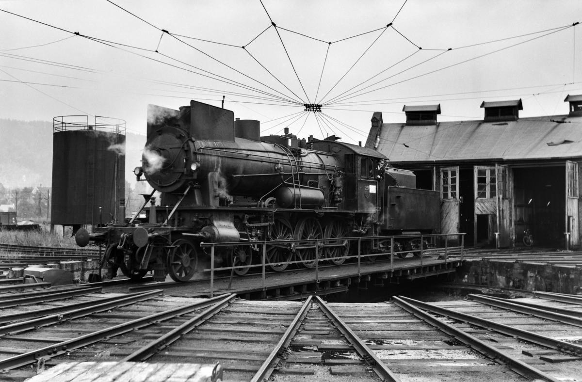 Damplokomotiv type 30a nr. 258 på svingskiven ved lokomotivstallen på Sundland ved Drammen.