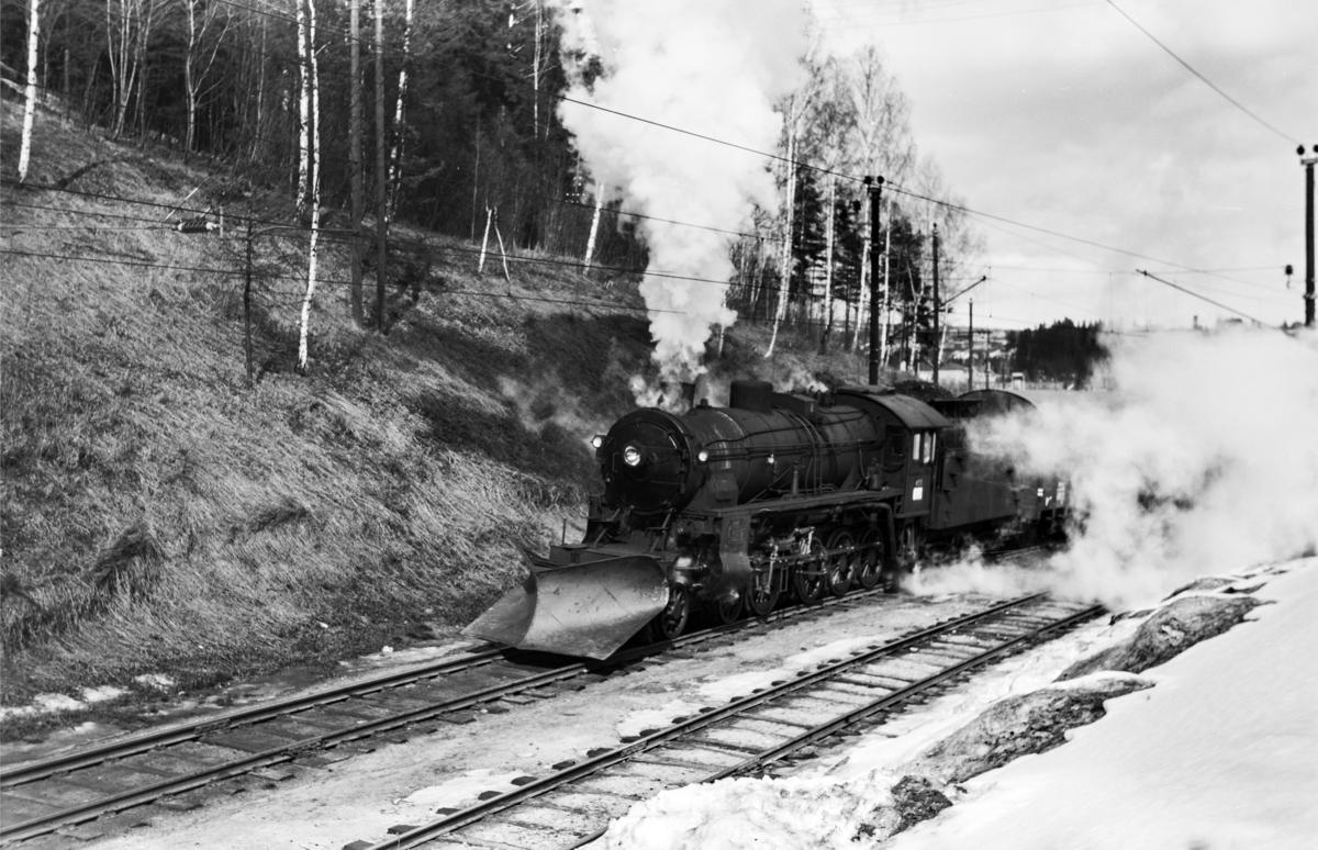 Godstog til Bergen, tog 5505B, kjører ut fra Hønefoss stasjon. Toget trekkes av damplokomotiv type 31b nr. 453