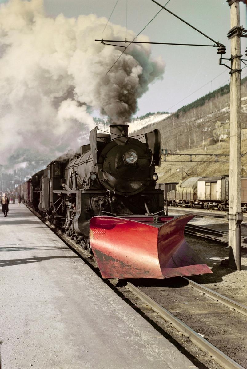 Ekstratog i forbindelse med påskeutfarten, tog 7654, på Voss stasjon. Toget trekkes av damplokomotiv type 31b nr. 402 og 418.
