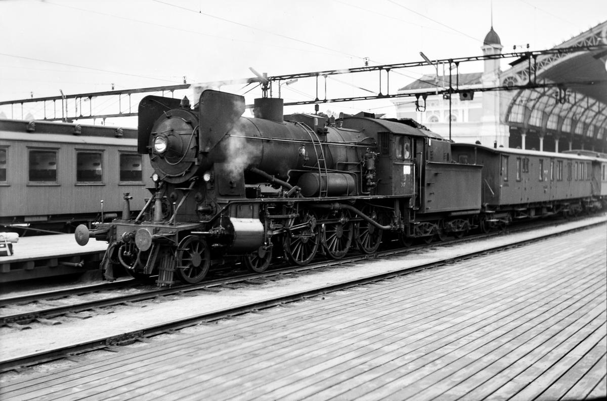 Damplokomotiv type 30b nr. 347 på Oslo Østbanestasjon med tog til Gjøvik. Bak lokomotivet personvogn litra BDFo3-16 type 1 nr. 238 eller 239, opprinnelig levert til AS Valdresbanen.