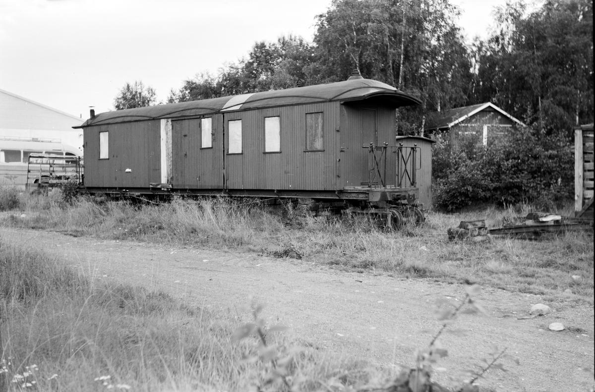 Personvogn CFo6 hensatt på bukker ved verkstedet på Bjørkelangen.