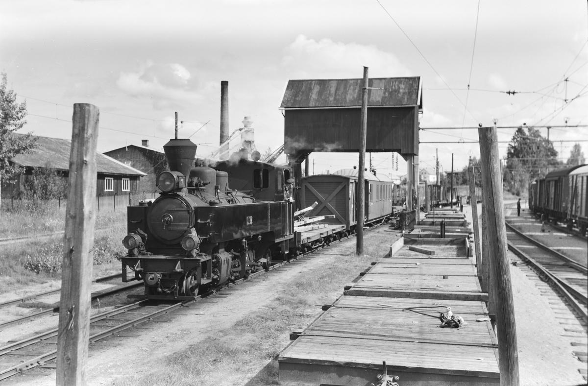 Damplokomotiv type XXIXb nr. 7 Prydz med oppsamlingstog Bjørkelangen - Sørumsand etter Aurskog-Hølandbanens nedleggelse, her ankommet Sørumsand.. Diverse hensatte To-vogner. Godstog på Kongsvingerbanen til høyre.