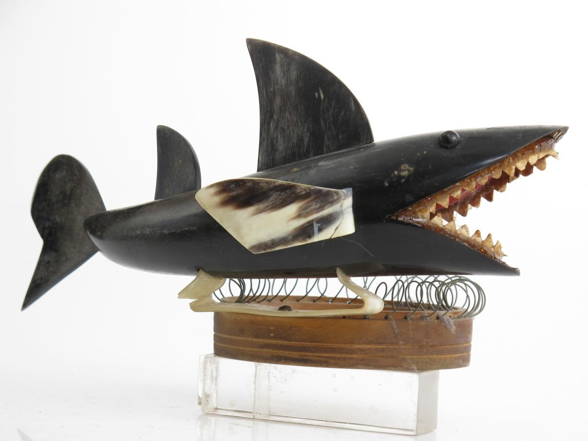 Askebeger, dreid av rått tre, påmontert en spiralformet ståltråd rundt kanten, og en en pyntefigur, i form av en hai, laget av et horn,
