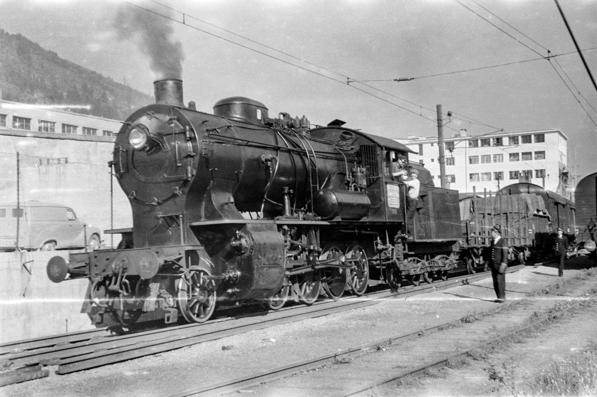 Damplokomotiv type 33a nr. 300 med godstog på Minde stasjon.