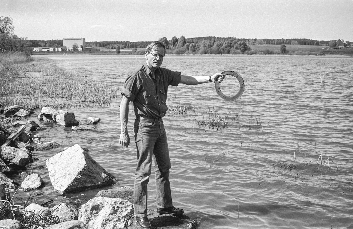 Østsjøvannet i Ås skal renses. Olav Grøterud ved Institutt for Hydroteknikk i Ås med renseutstyr.
