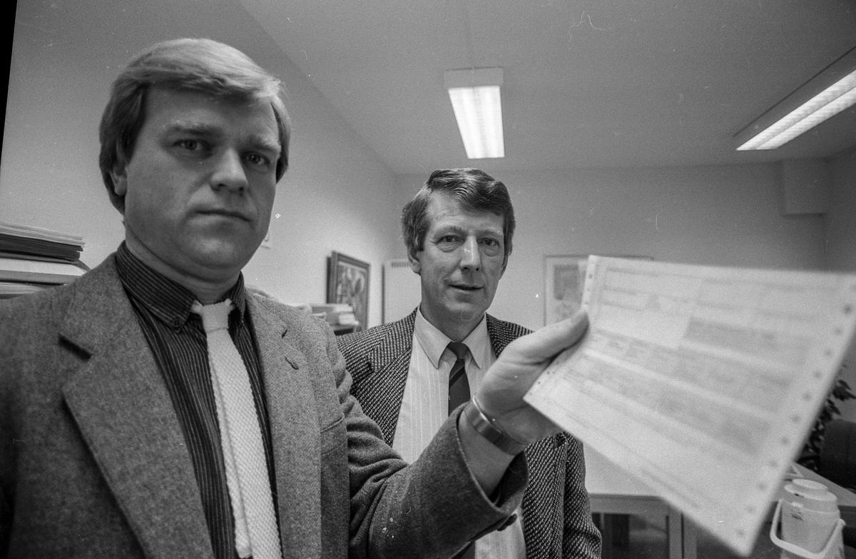 Kommunekassen i Ski med ny ordning for lønns-og trekkoppgaver. Kommunekasserer Åge Kvarving og Per Erik Andersen.