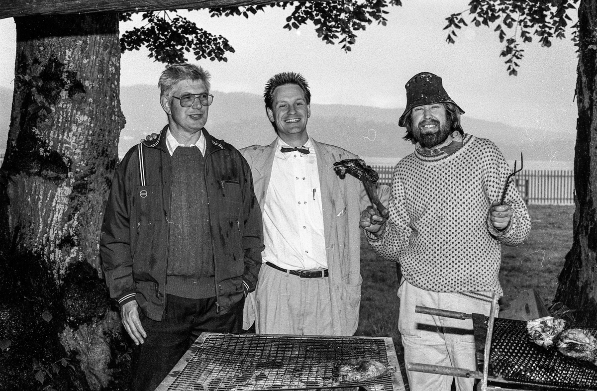 Gamle Drøbak verneforening har grillfest i hagen til Ringgården. Jan Kåre Øien med masse skjegg, hatt og busserull. Fra venstre: Erik Halvorsen, Jan Kåre Øien og Jan Petter Seim.