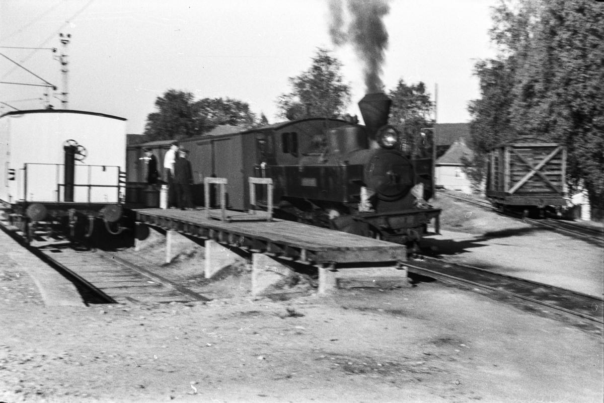 Aurskog-Hølandbanens damplokomotiv nr. 4 SETSKOGEN ved godsrampen på Sørumsand stasjon.