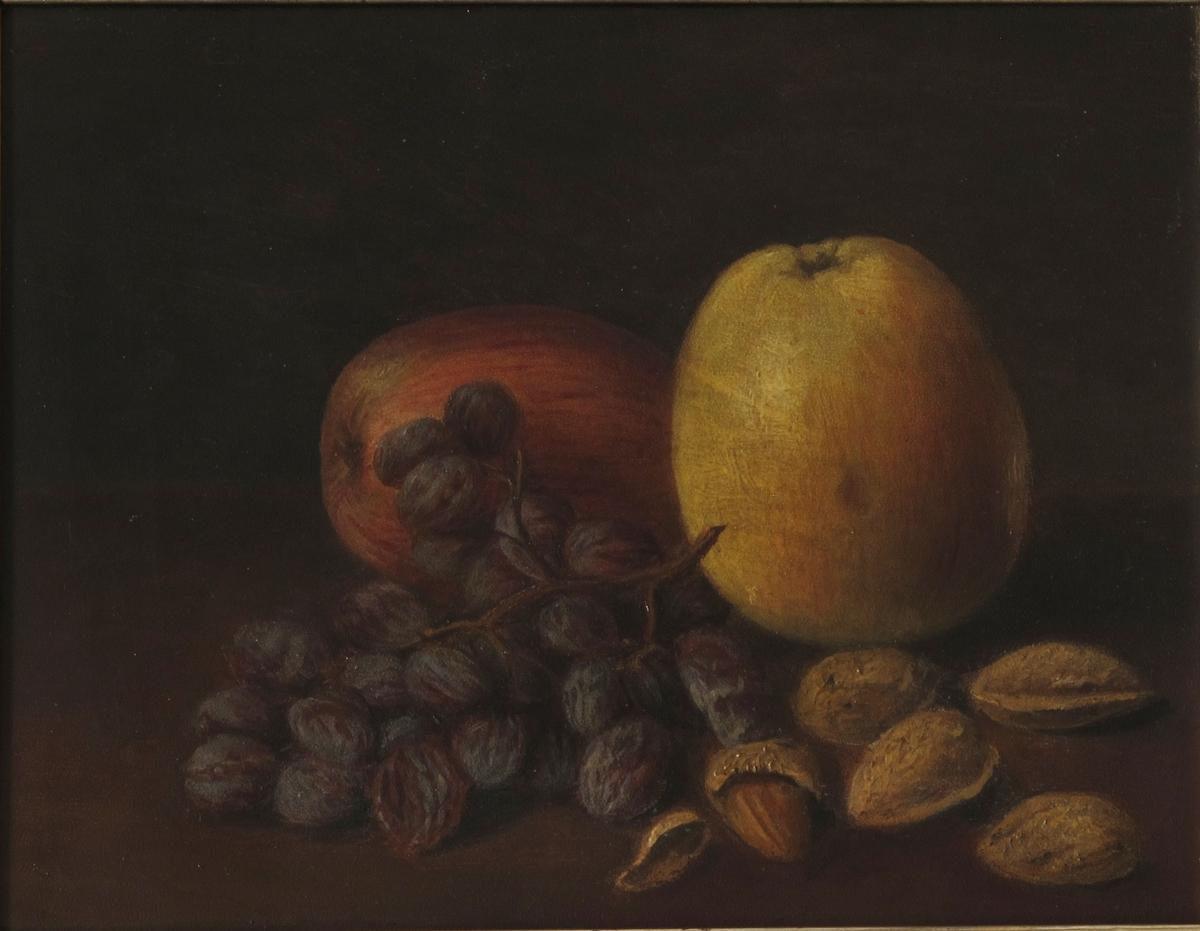 Stilleben, frukt og nøtter. På en brunmalt bordplate ligger 2 epler,en klase rosiner, 5 krakkmandler. Bakgrunn er mørk gråbrun, litt lysere i høyre side.