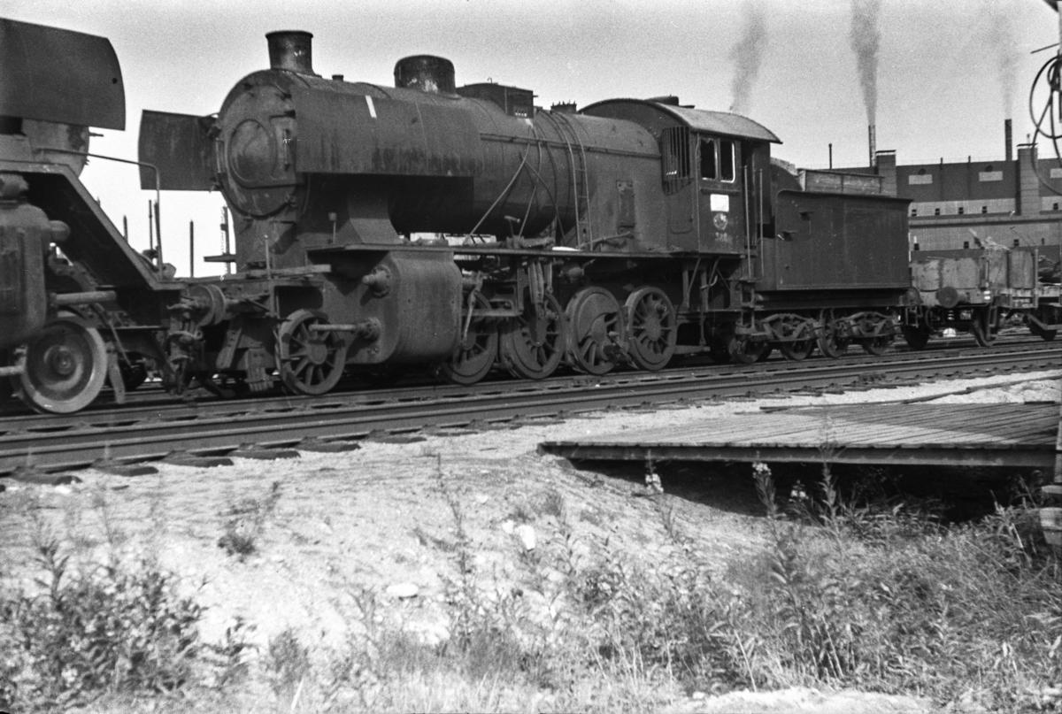 Utrangert damplokomotiv type 33a nr. 322 venter på opphugging ved Norsk Jernverk i Mo i Rana.