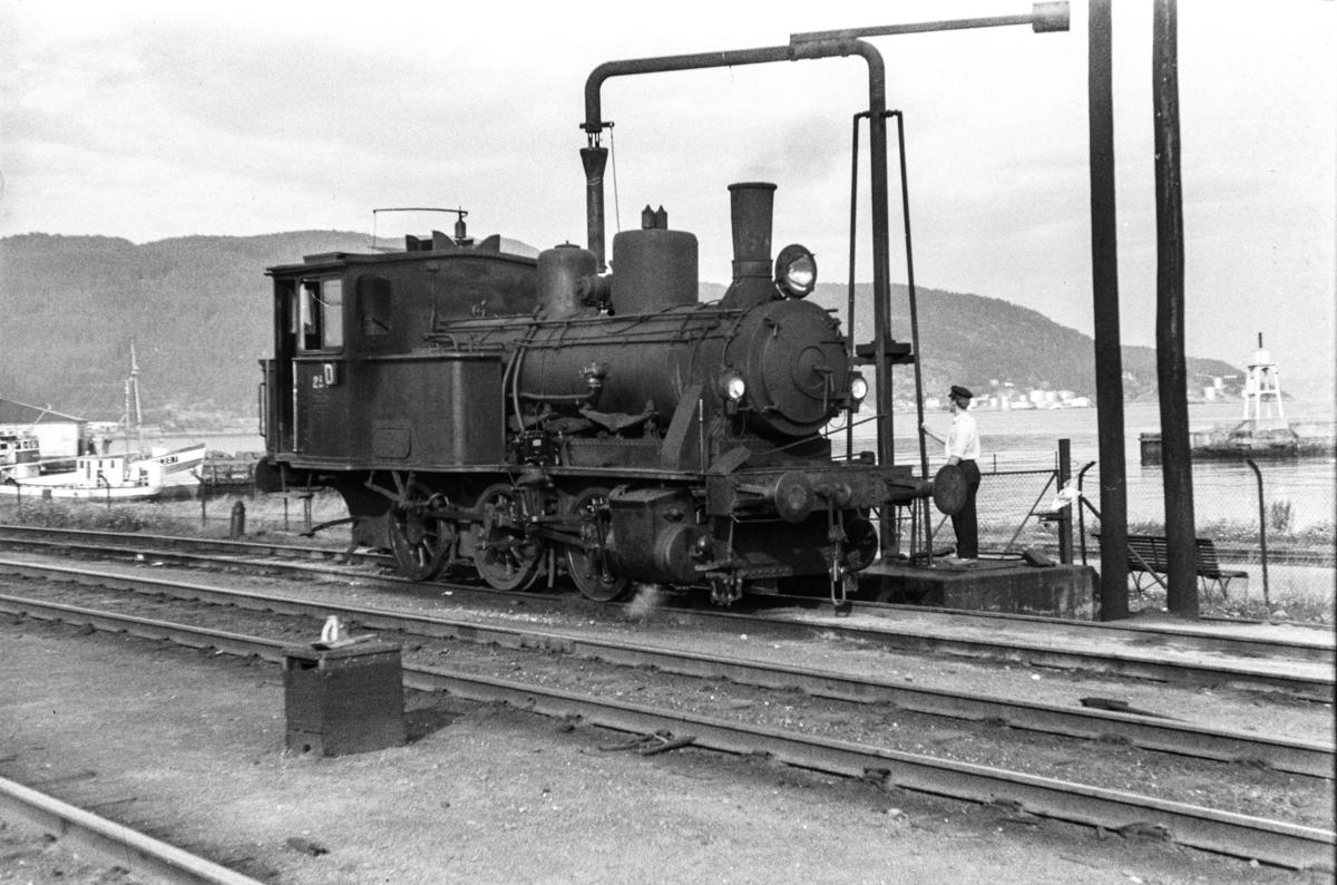 Damplokomotiv type 25a nr. 259 ved vannstenderen på Trondheim stasjon.