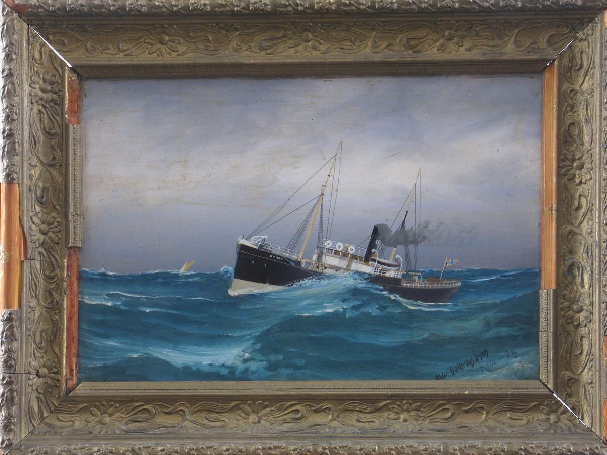 Lite dampskip med en skorsten, sett fra babord side. Høye bølger.