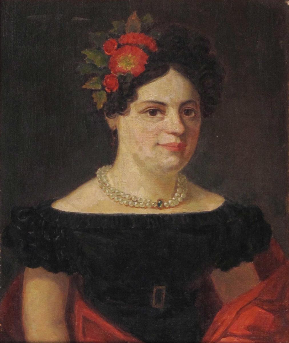 Portrett, kvinne. Brystbilde, vendt noe mot sin venstre side. Dobbelt perlekjede om halsen.Rød blomst med grønnt i håret. Sort kjole, med røde gevanter omkring seg.