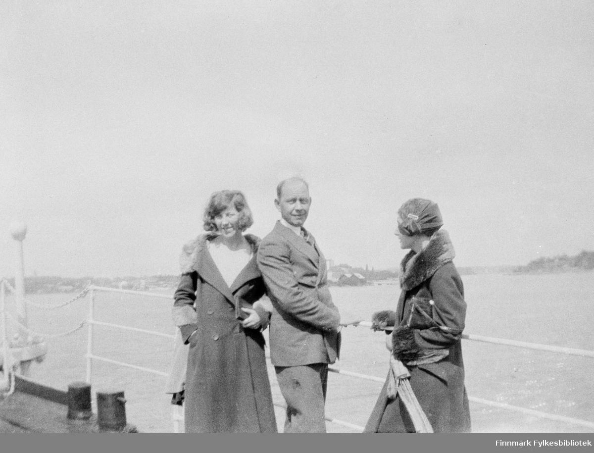 Vardø-folk i reise i Finland. Det ser ut at Aslaug Alseen, Oskar Alseen og Laura Lorentsen er på båttur et sted i Sør-Finland, kanskje i Helsingfors.