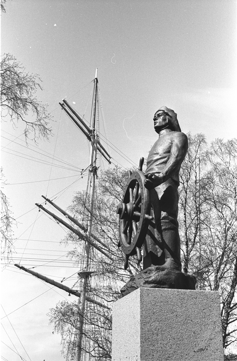 Ålandsresa. Staty av sjöman vid roder. Masten på segelfartyget Pommern, världens enda fyrmastade fraktsegelfartyg, numera Museifartyg