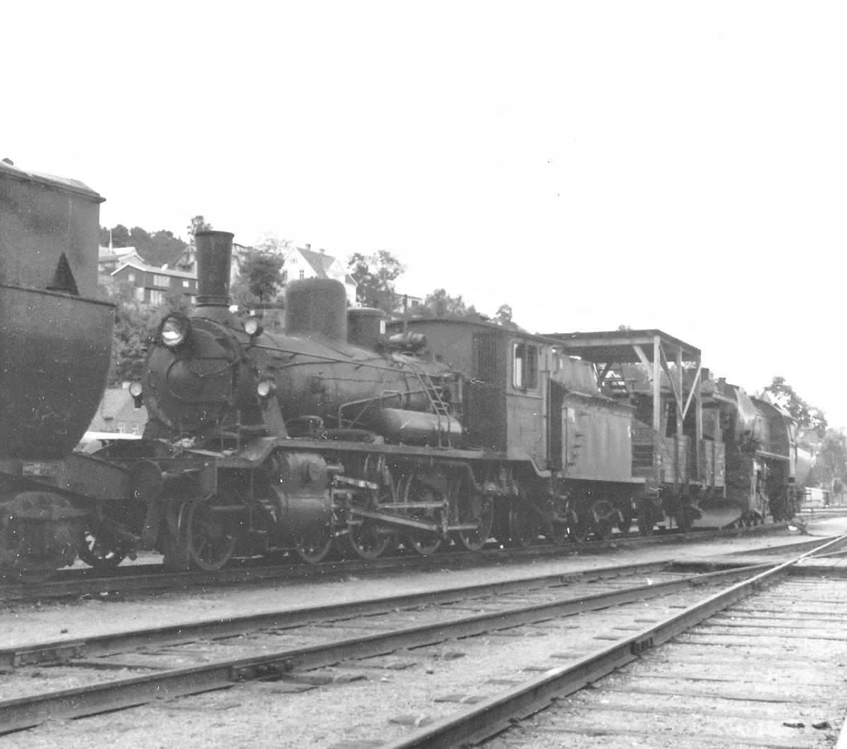 Hensatt damplokomotiv type 18c nr. 233 på Marienborg.