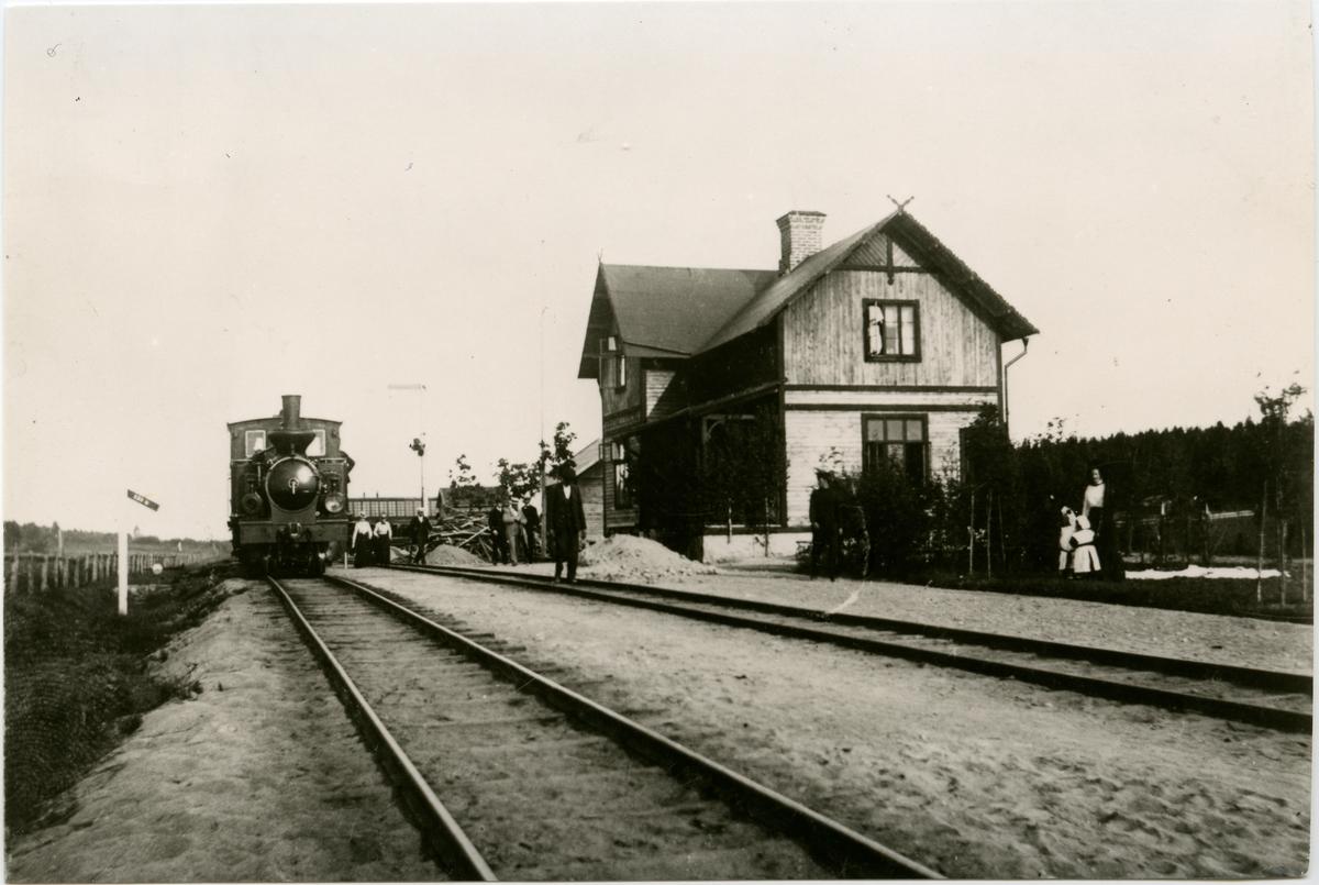NHJ , Norra Hälsinglands Järnvägs lok Öppnad 13/12 1896. Bispår till Yttre hamnen (O). En- och en halv vånings stationshus i trä .