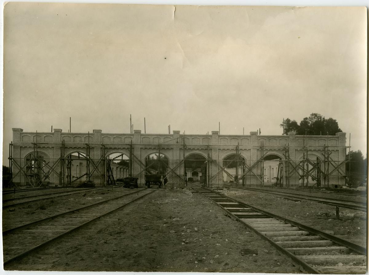 Hette före 1921 JÄRFVA. Det nuvarande stationshuset i trä i två våningar uppfördes 1866. Den 19 juni 1939 brann södra flygeln ned .Stationshuset rivet Namnet 1921 ändrat till ULRIKSDAL. Järva lokstation , tågstallet. Byggnadsarbetena pågick etappvis 1913-16.