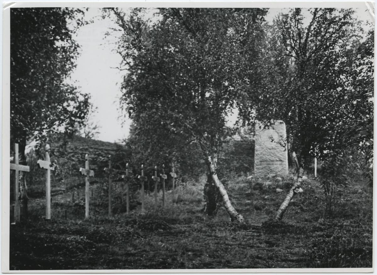"""Rallarkyrkogården vid Tornehamn, Björkliden Med minnesstenen """"Till minne av dem som stannade här uppe"""" Kungliga Järnvägsstyrelsen reste vården år 1923"""