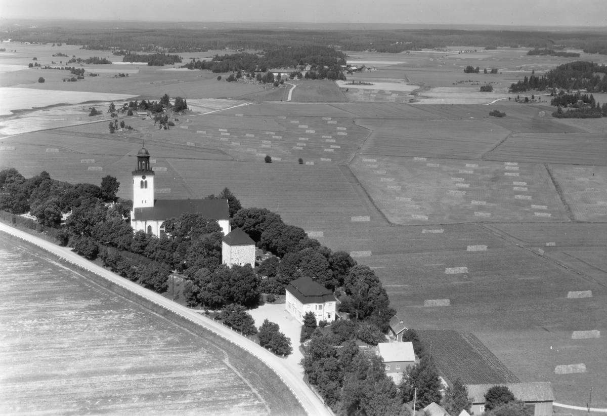 Flygfoto över Fellingsbro.Fellingsbro kyrka, bostadshus.