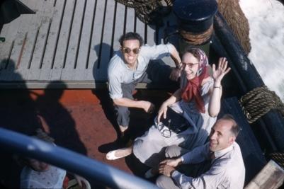 To kvinner og to menn på dekk på skoleskipet STATSRAAD LEHMKUHL.
