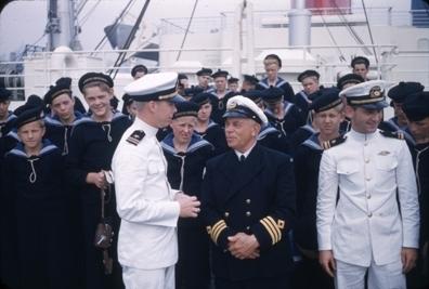 Kadetter, offiserer og kaptein på skoleskipet STATSRAAD LEHMKUHL.